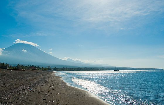 English: Mount Agung seen from Amed beach